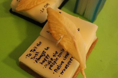本と羽ペンのキャンドルです